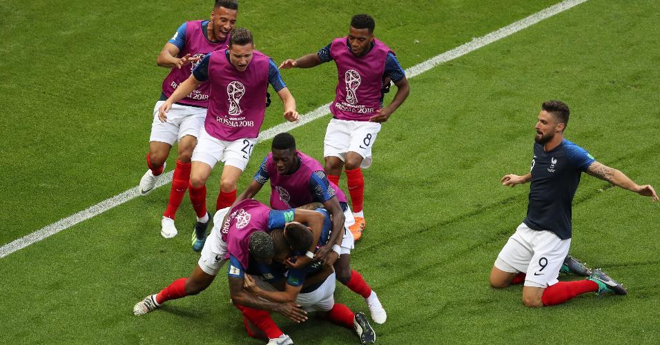 Reservas da França comemoram o terceiro gol do país contra a Argentina