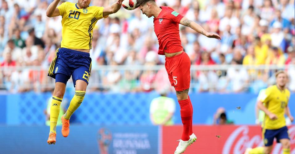 O inglês John Stones e o sueco Ola Toivonen disputam a bola no ar