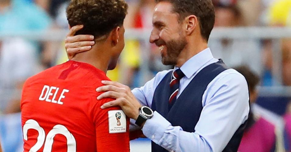 O treinador Gareth Southgate, da Inglaterra, abraça Dele Alli, autor de um dos gols da partida
