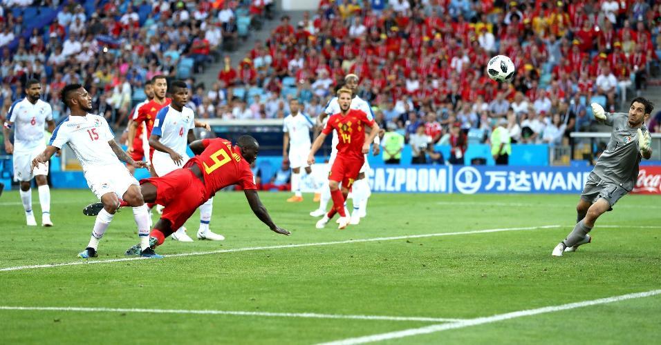 Romelu Lukaku pula para marcar de cabeça o segundo gol da Bélgica contra o Panamá
