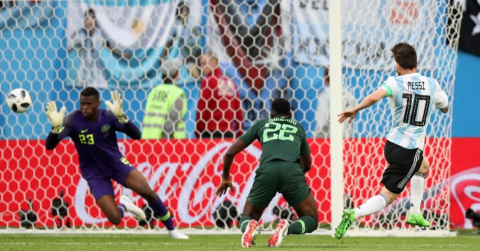 O goleiro da Nigéria Uzoho não impede o gol de Lionel Messi pela Argentina