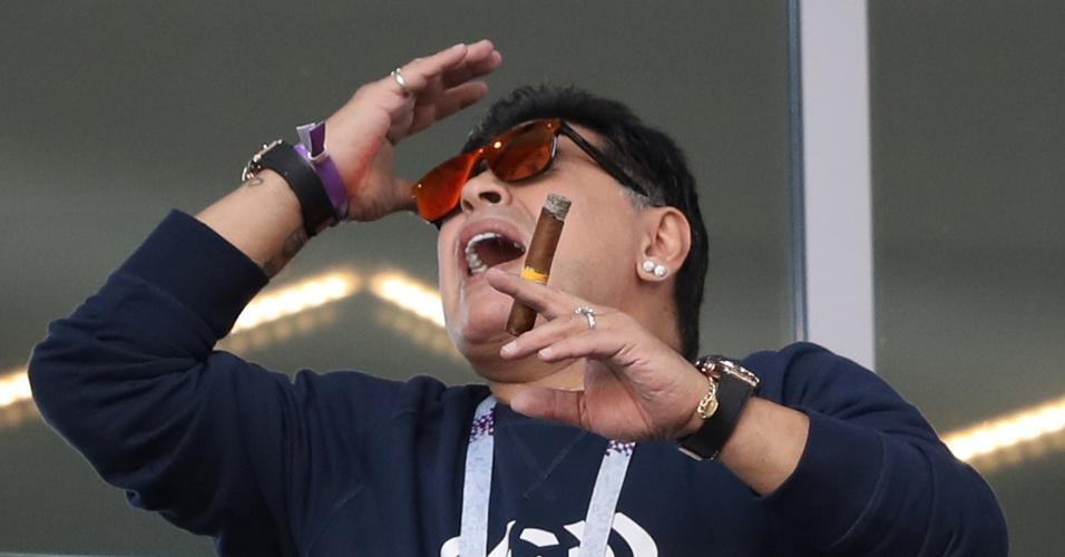 Maradona com um charuto durante o jogo entre Argentina e Islândia