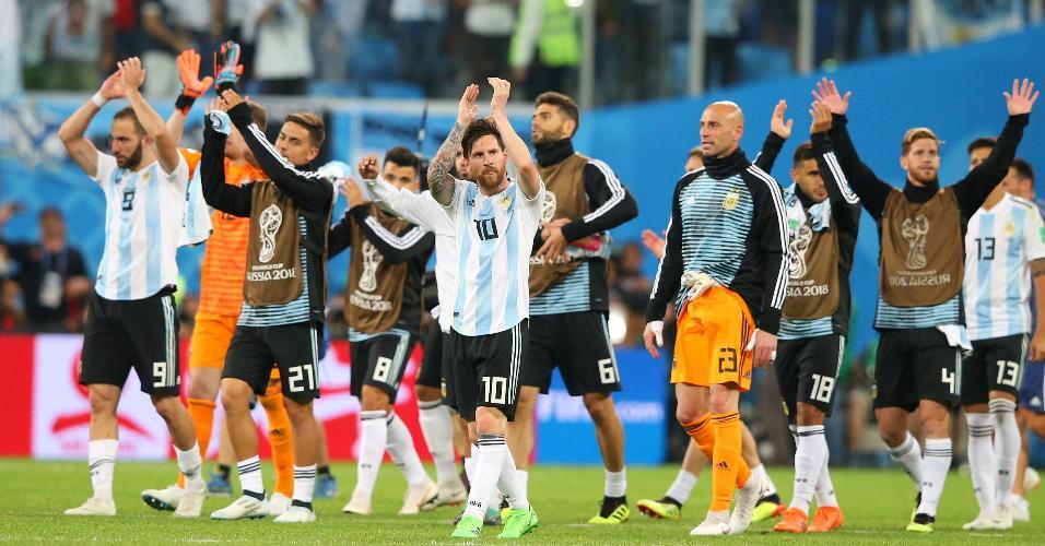 Jogadores da Argentina comemoram classificação às oitavas de final da Copa do Mundo