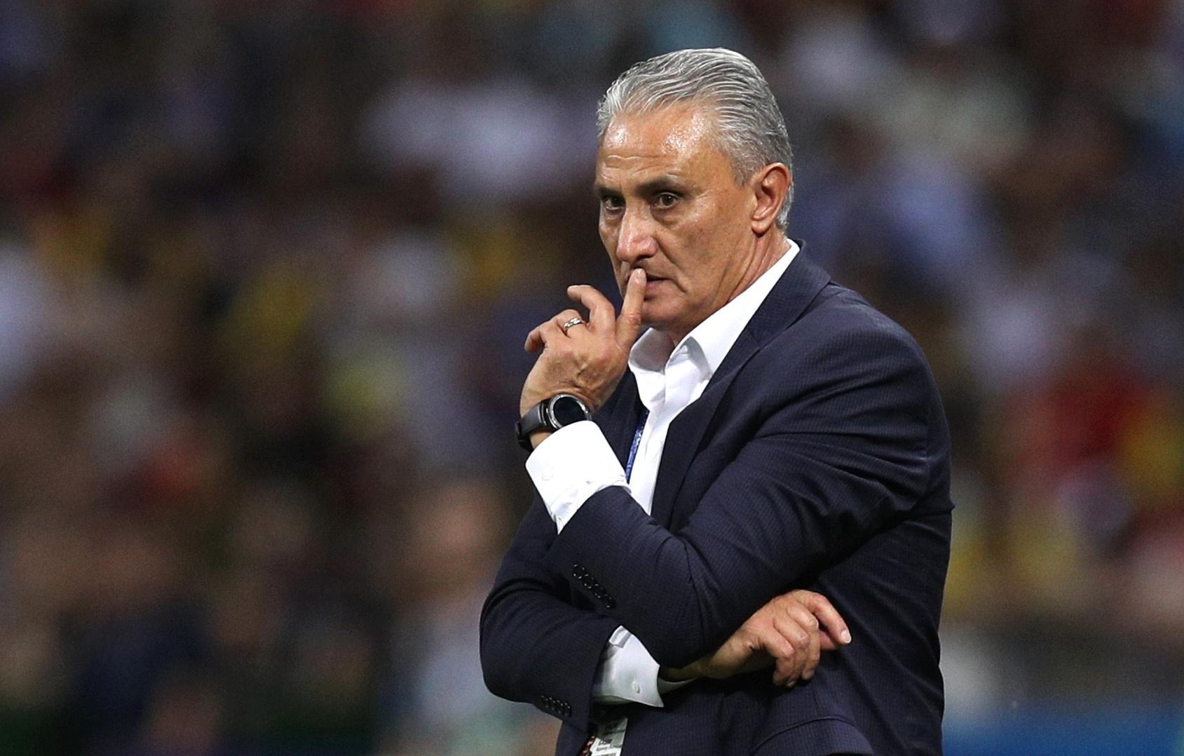 O técnico Tite observa o Brasil em duelo contra a Bélgica