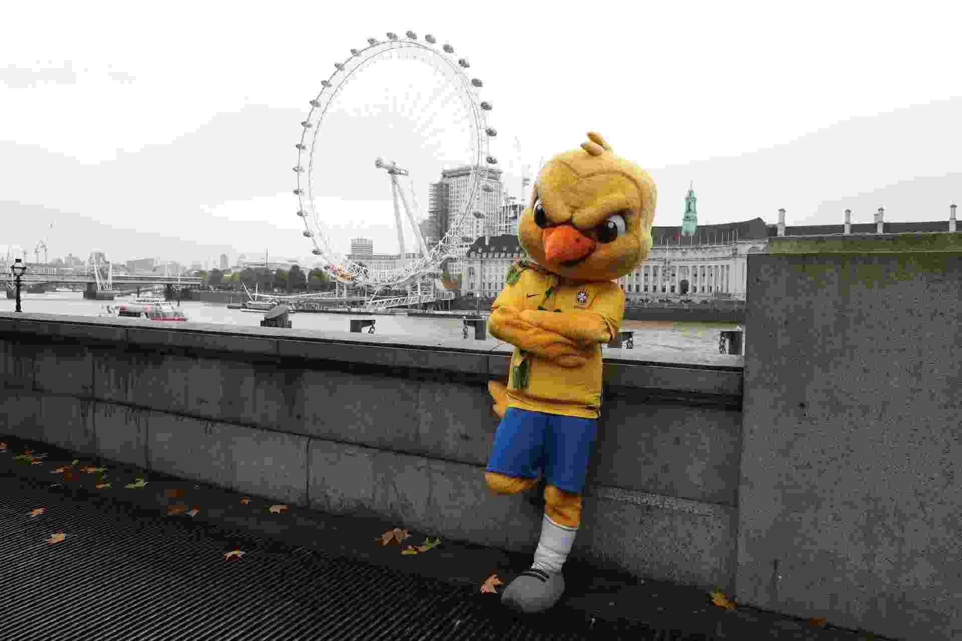 """O Canarinho """"pistola"""", como ficou conhecido, roubou a cena em Londres. Nem a roda London Eye escapou - Lucas Figueiredo/CBF"""