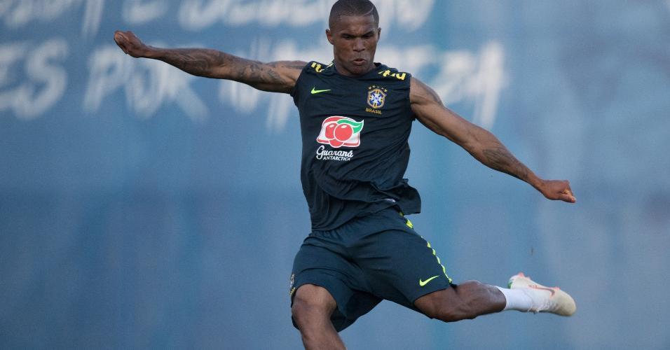 Douglas Costa finaliza durante treino da seleção brasileira