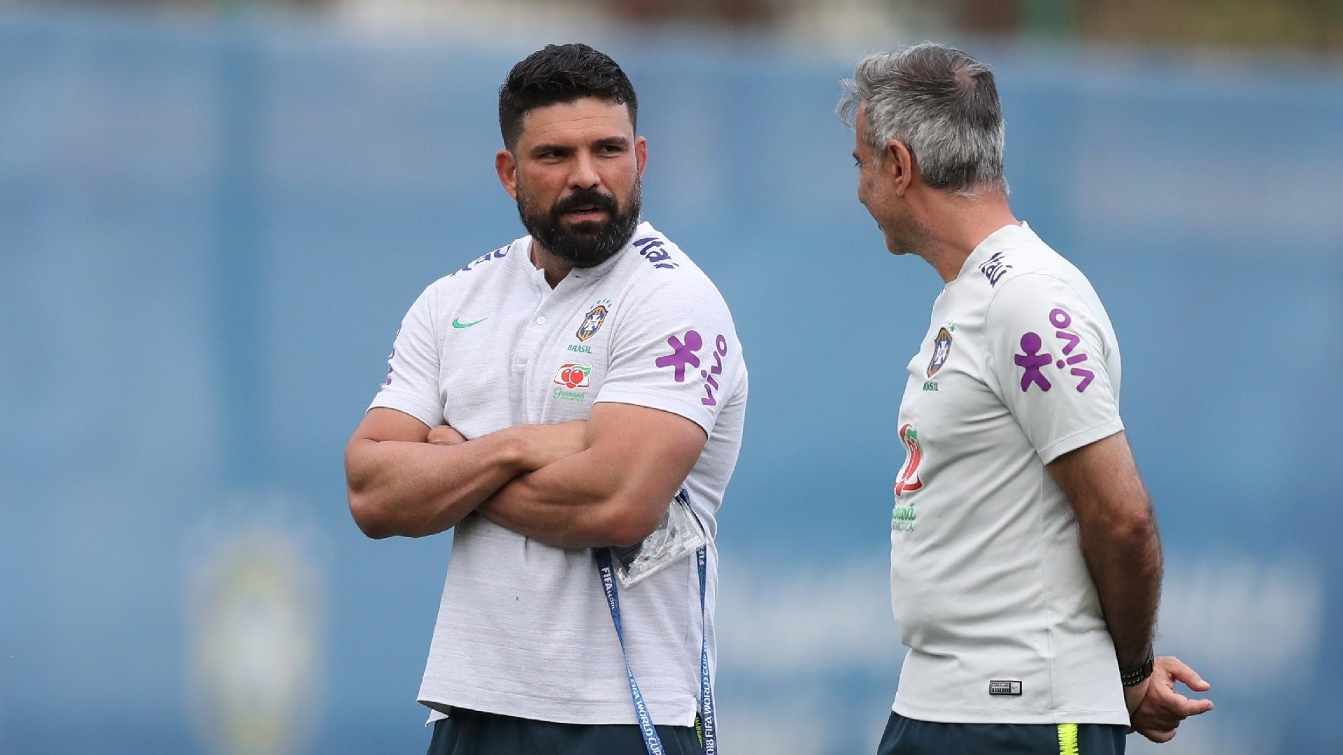 Bruno Mazziotti e Fábio Mahseredjian conversam durante treino da seleção brasileira