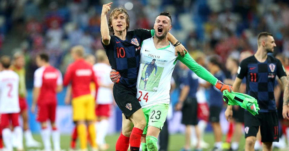 Luka Modric e Danijel Subasic comemoram classificação da Croácia para as quartas de final
