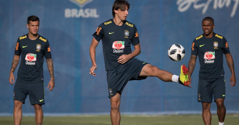 Pedro Geromel brinca com a bola durante treino da seleção brasileira