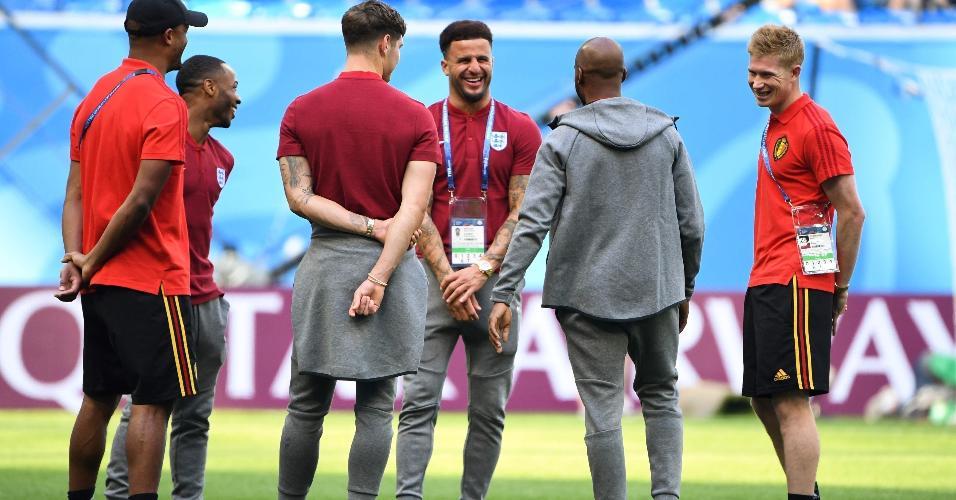 Jogadores da Bélgica e Inglaterra conversam antes da disputa pelo terceiro lugar da Copa, em São Petersburgo