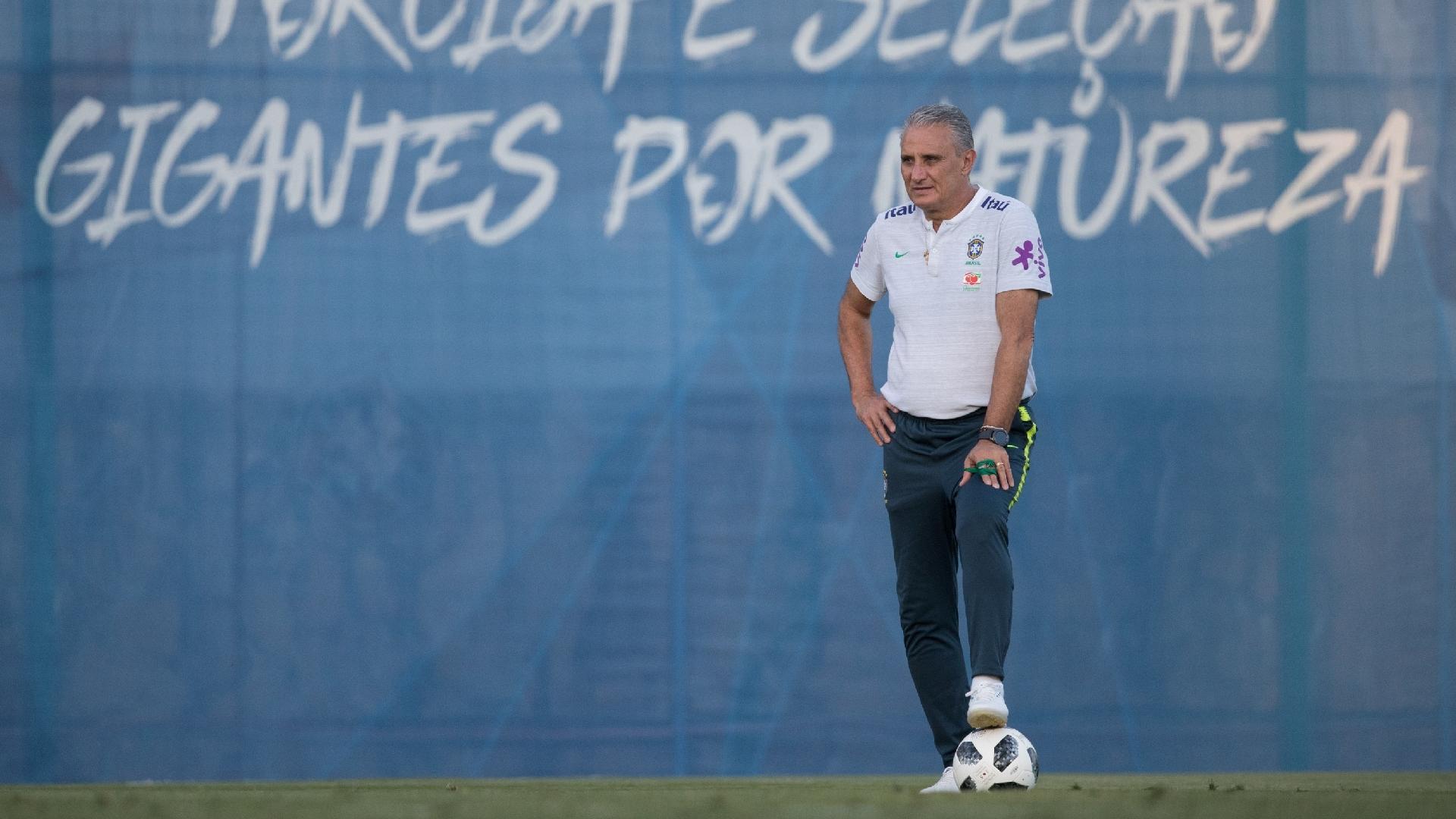 Tite, durante treino da seleção brasileira em Sochi
