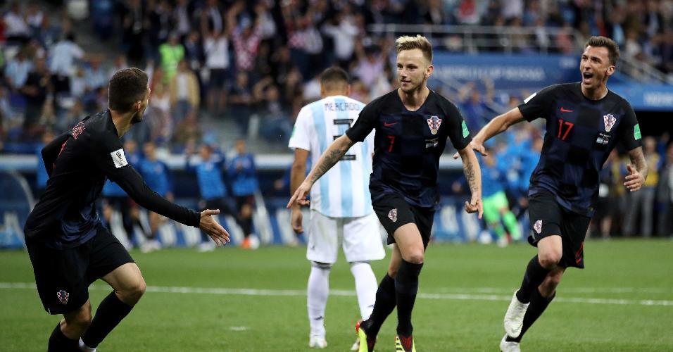 Jogadores da Croácia comemoram gol de Ivan Rakitic contra a Argentina