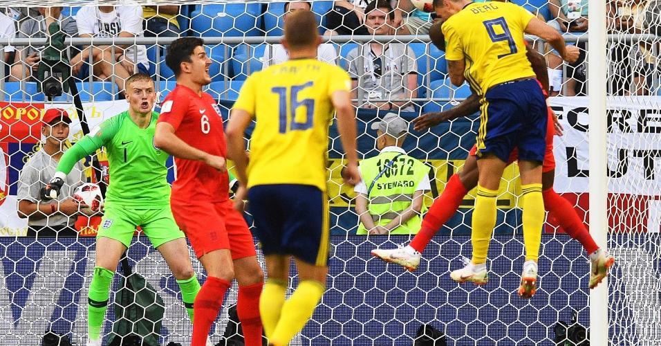 Marcus Berg cabeceia em boa chance da Suécia contra a Inglaterra