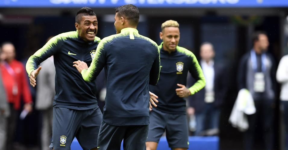 Paulinho brinca durante treino da seleção brasileira