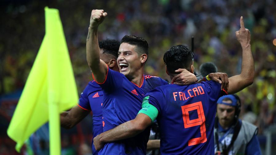 James Rodríguez comemora gol de Falcao García pela Colômbia contra a Polônia - Julian Finney/Getty Images