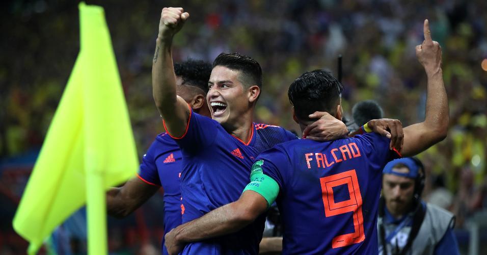James Rodríguez comemora gol de Falcao García pela Colômbia contra a Polônia