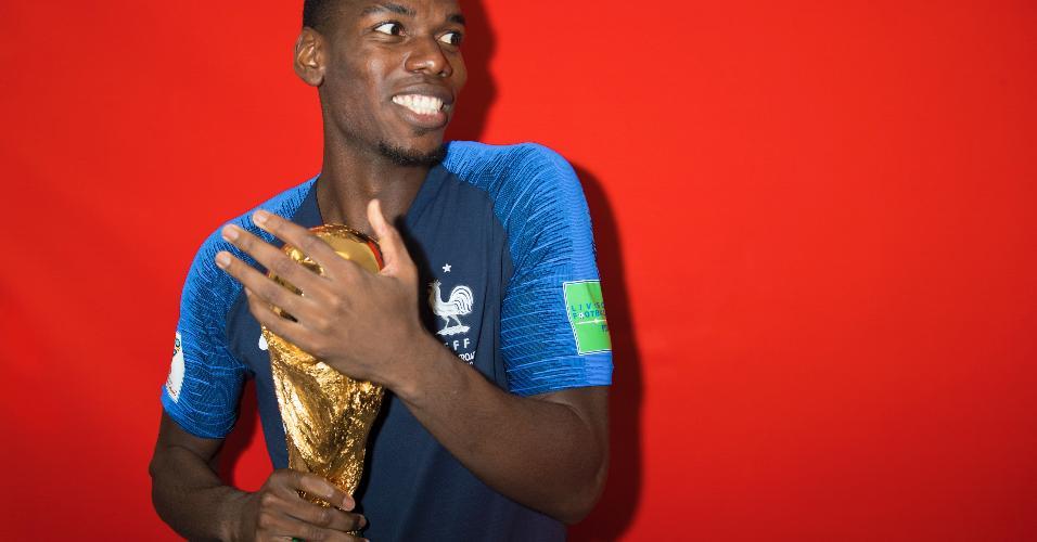 Paul Pogba posa com a taça da Copa do Mundo