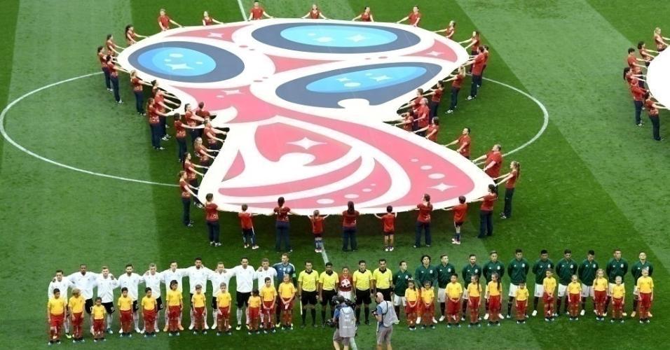 Seleções de México e Alemanha enfileiradas para os hinos nacionais