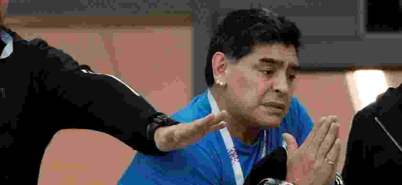 Diego Maradona interage com torcedores da Argentina durante derrota para a Croácia na Copa do Mundo - REUTERS/Matthew Childs