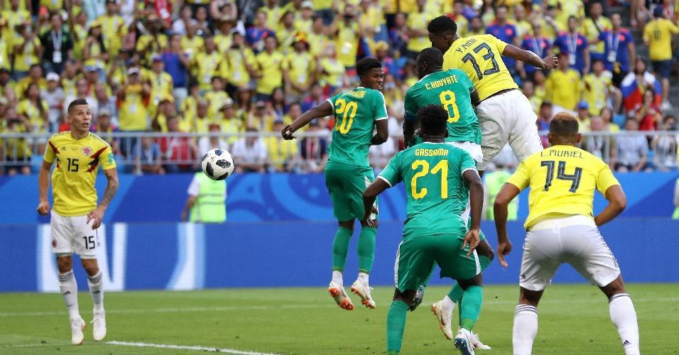 Mina salta para cabecear a marcar o gol da Colômbia contra Senegal