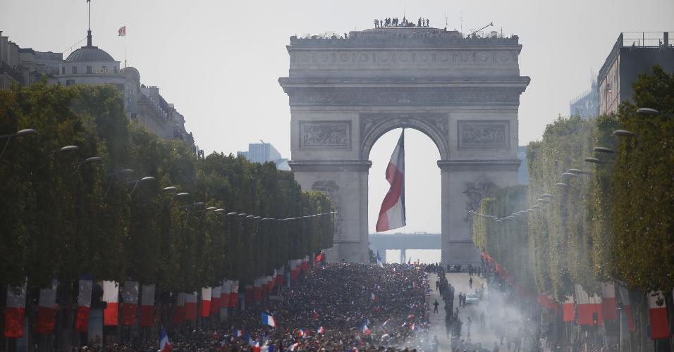 Torcida lota Champs-Elysees em Paris para receber a seleção francesa