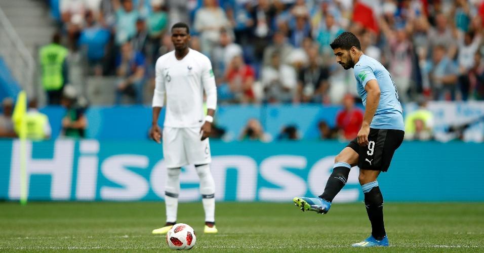 Observado por Pogba, Luis Suárez dá saída de bola