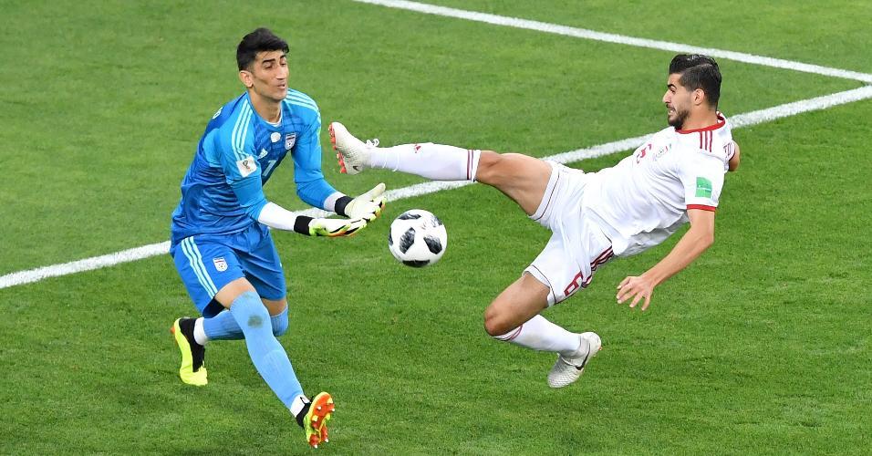 Saeid Ezatolahi colide com o goleiro do Irã Alireza Beiranvand durante jogo contra Portugal
