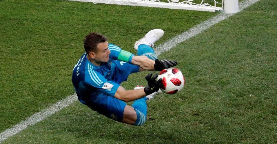 O goleiro da Rússia Igor Akinfeev defende o pênalti do espanhol Koke