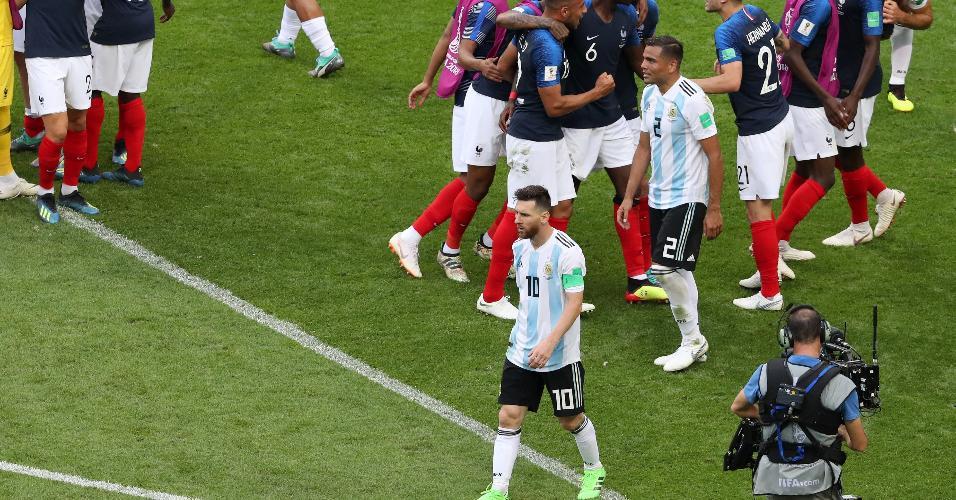 Messi caminha pelo campo após o fim da vitória da França por 4 a 3 sobre a Argentina