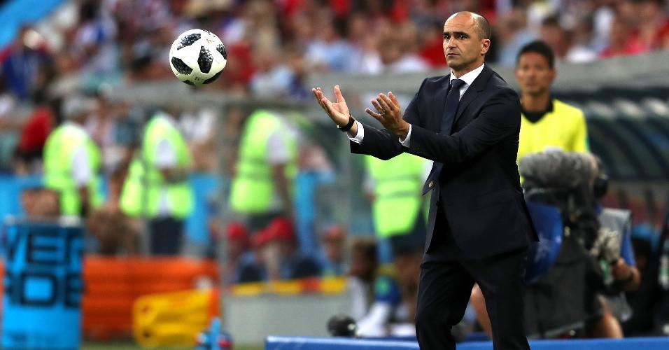 Roberto Martinez, técnico da seleção da Bélgica, devolve a bola ao campo em jogo contra o Panamá