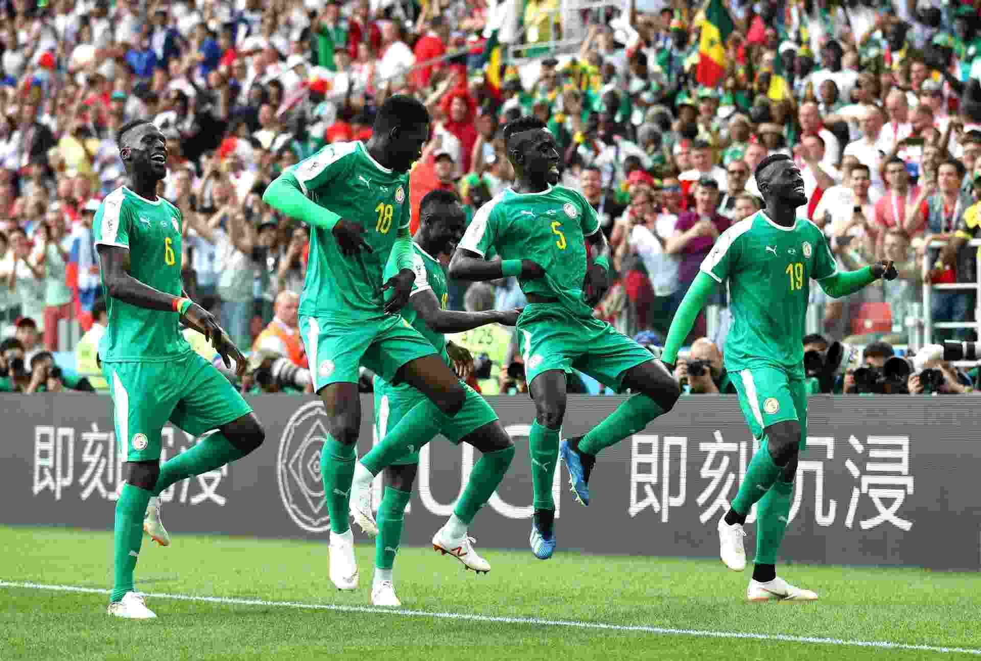 Mbaye Niang comemora com companheiros do Senegal após marcar sobre a Polônia - Catherine Ivill/Getty Images