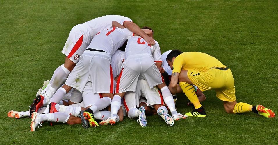 Sérvios celebram gol de Kolarov contra a Costa Rica