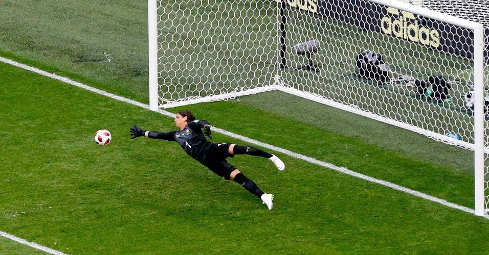 Yann Sommer, goleiro da Suíça, faz boa defesa no duelo contra a Suécia