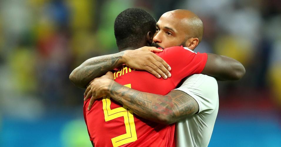 Romelu Lukaku abraça o auxiliar Thierry Henry após a classificação da Bélgica contra o Brasil