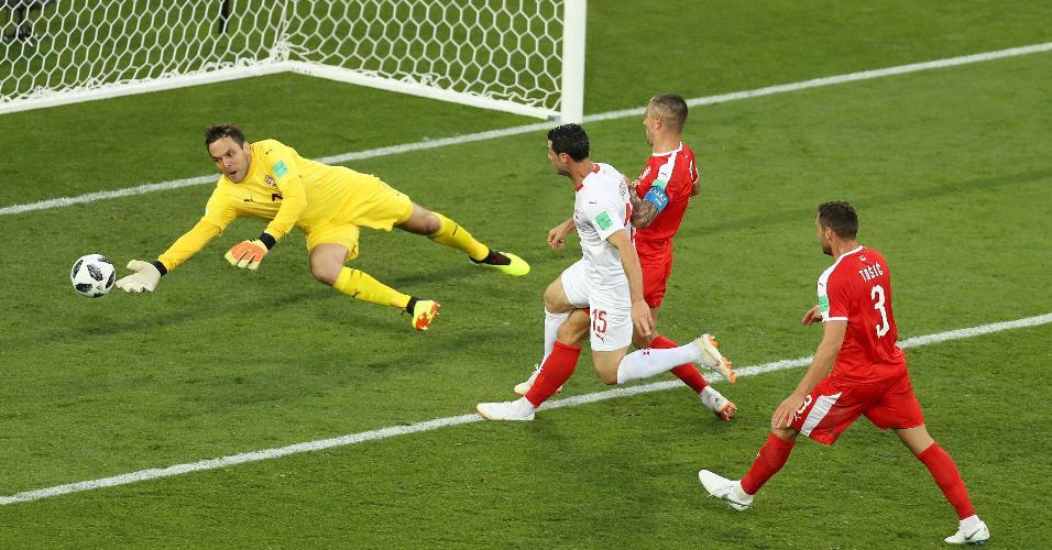 O goleiro Vladimir Stojkovic, da Sérvia, defende chute de Blerim Dzemaili, da Suíça