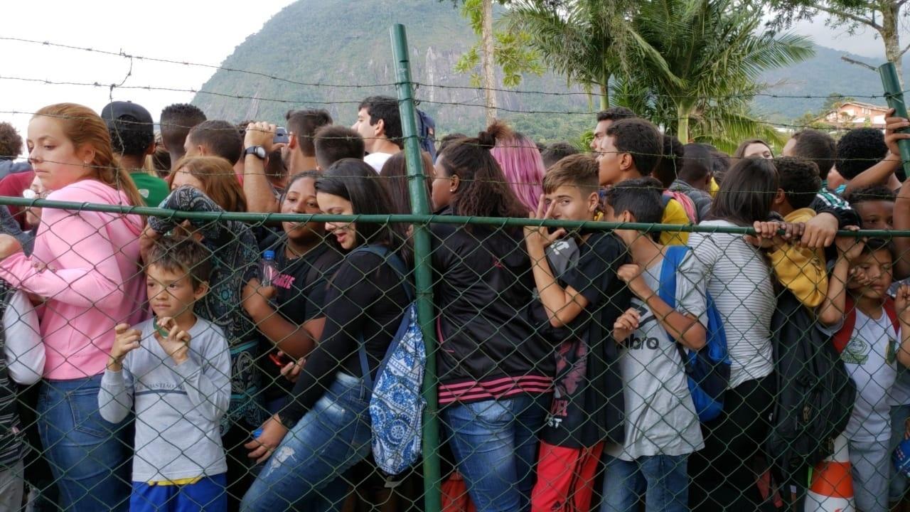 Torcedores se aglomeram para acompanhar o treino da seleção brasileira