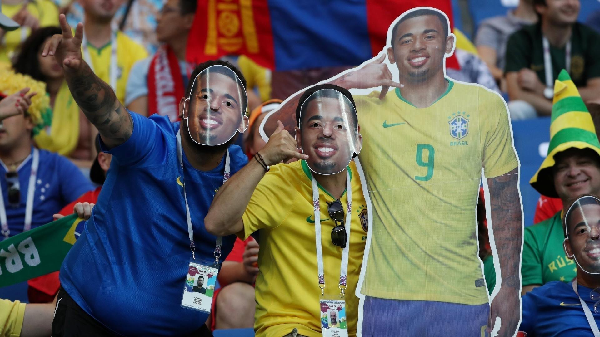 Torcedores usam máscara de Gabriel Jesus dentro do estádio da estreia do Brasil