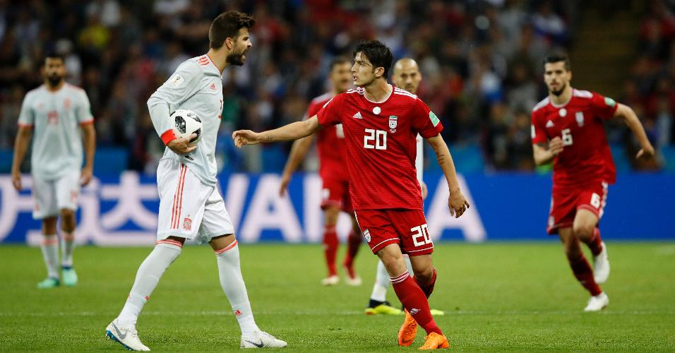 Gerard Piqué e Sardar Azmoun se estranham durante o confronto entre Irã e Espanha