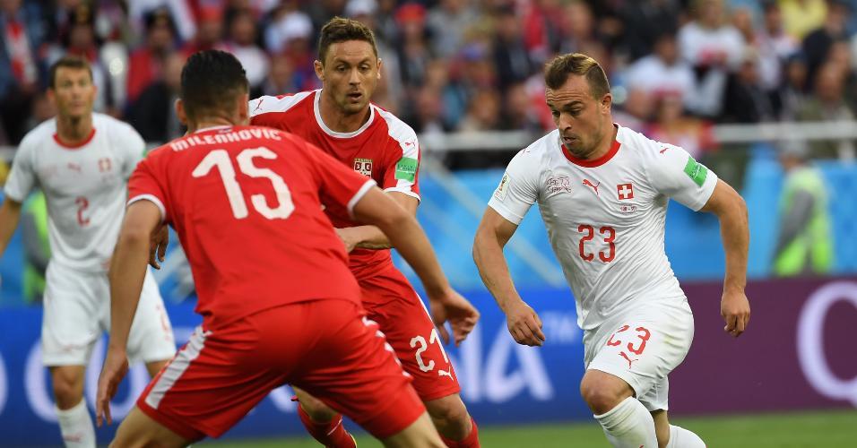 O meia Xherdan Shaqiri, da Suíça, tenta fazer jogada contra a Sérvia