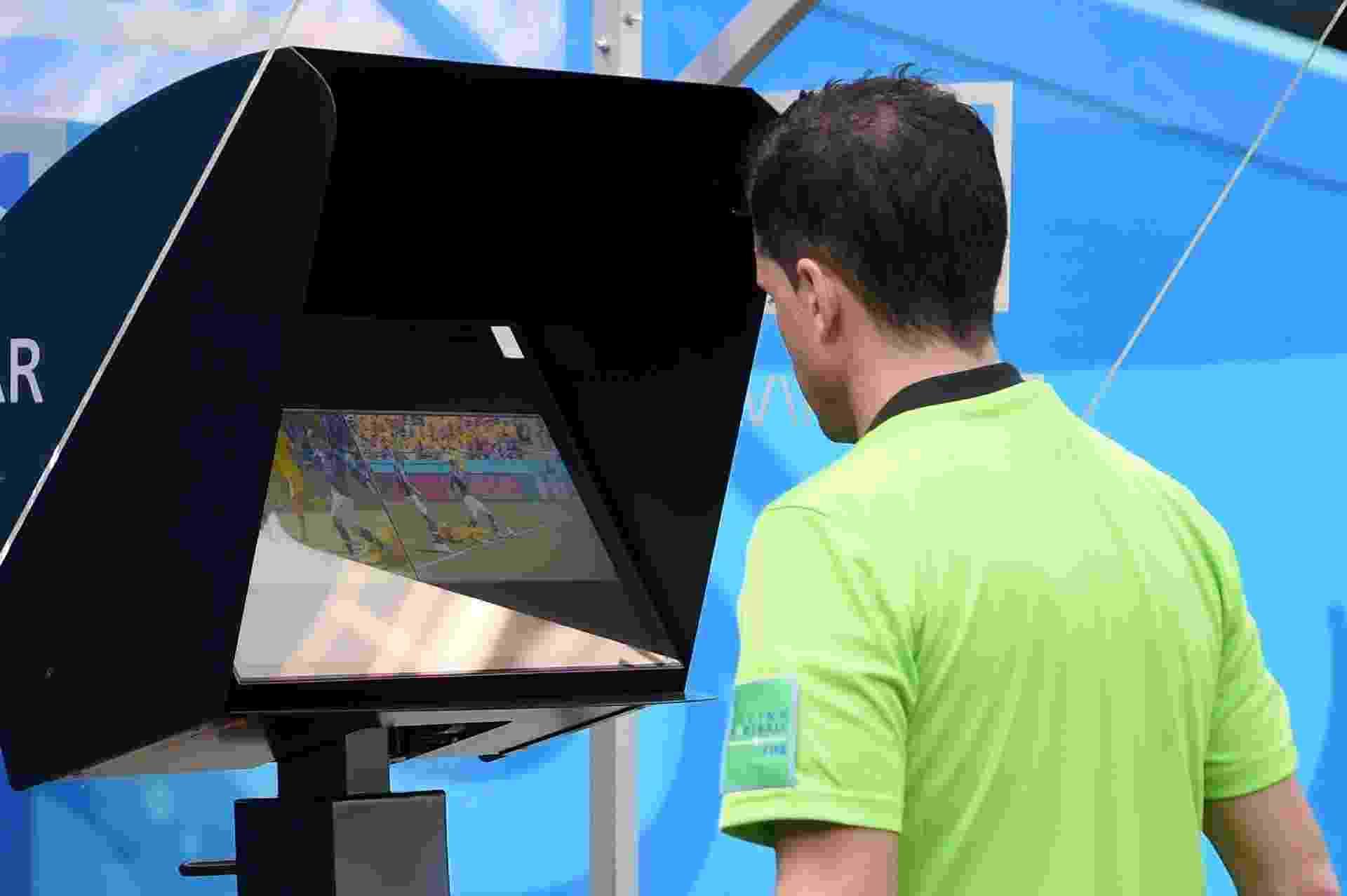 Árbitro Andres Cunha confere imagens da jogada. Ele não havia dado penalidade, mas mudou a decisão após consulta ao árbitro de vídeo. A França converteu a cobrança do pênalti - Michael Regan - FIFA/FIFA via Getty Images