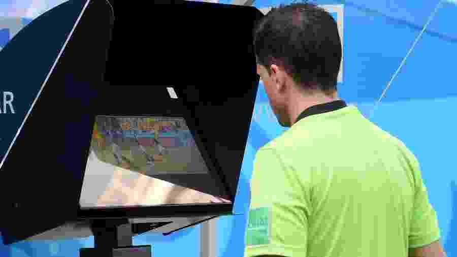 Árbitro confere imagens da jogada. Ele não havia dado penalidade, mas mudou a decisão com o VAR - Michael Regan - FIFA/FIFA via Getty Images