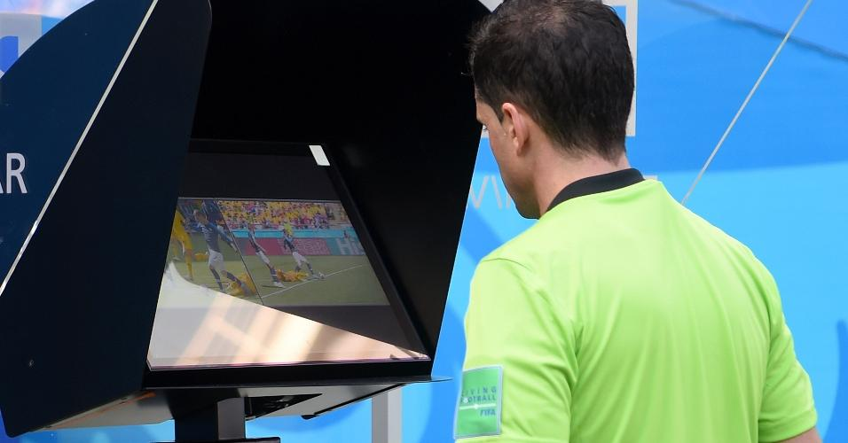 Árbitro Andres Cunha confere imagens da jogada. Ele não havia dado penalidade, mas mudou a decisão após consulta ao árbitro de vídeo. A França converteu a cobrança do pênalti
