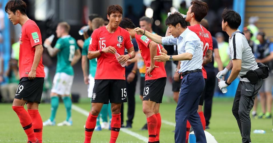 Shin Taeyoung, técnico da Coreia do Sul, orienta seus jogadores