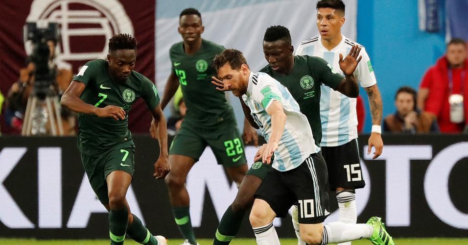 Lionel Messi, da Argentina, é cercado por Oghenekaro Etebo e Ahmed Musa, da Nigéria