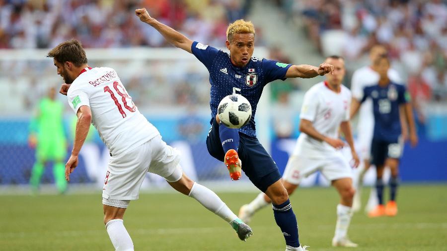 Yuto Nagatomo divide bola com Bartosz Bereszynski durante o jogo Japão e Polônia - Alex Livesey/Getty Images