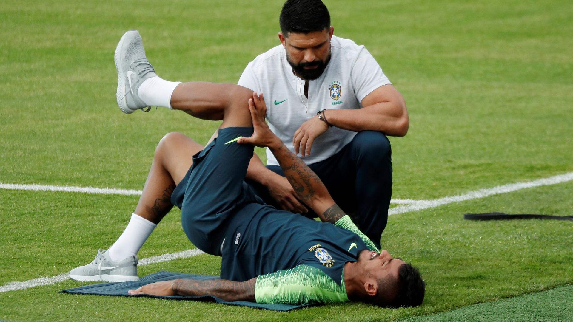 Com dores na lombar, Paulinho faz atividade com fisioterapeuta Bruno Mazziotti no treino da seleção brasileira