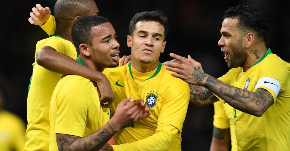 Gabriel Jesus, Philippe Coutinho e Daniel Alves comemoram gol no primeiro tempo