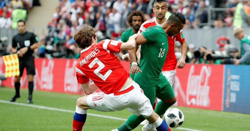Al-Dawsari, da Arábia Saudita, disputa bola com o brasileiro naturalizado russo Mario Fernandes