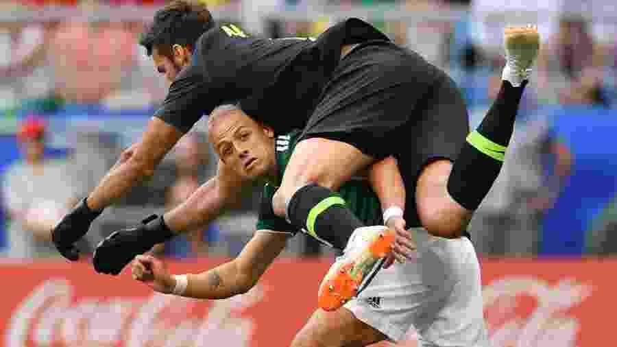64e2b44e17 Alisson tromba com Chicharito em disputa de bola na área  goleiro não tem  sido ameaçado na Copa do Mundo Imagem  AFP