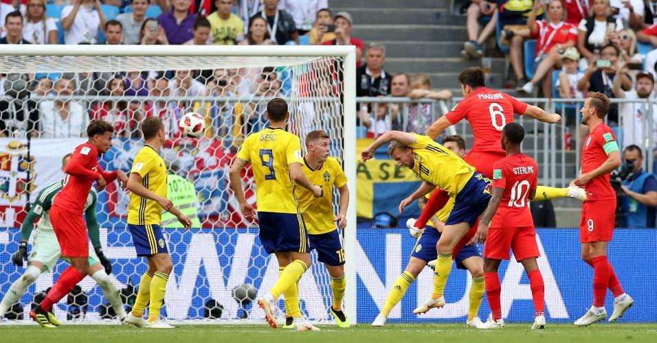 Harry Maguire sobe e abre o placar de cabeça para a Inglaterra contra a Suécia